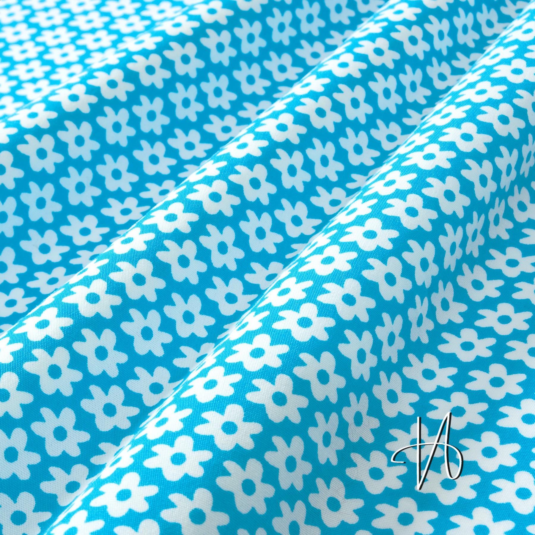 baumwolle popeline wei e blumen auf blau. Black Bedroom Furniture Sets. Home Design Ideas