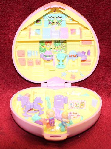 Polly Pocket rosa Herz Kindergarten mit 1 Baby + 1 Puppe (A-D-4) – Bild 3