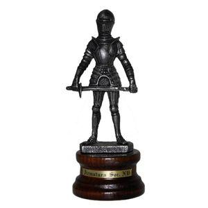 Ritter aus Zinn auf Holzsockel hält Schwert in beiden Händen