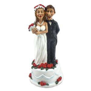 Funny Wedding - Happy - Paar steht auf Torte