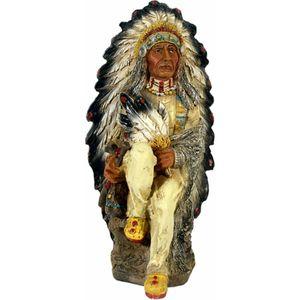 Indianerhäuptling sitzt mit Federn in der Hand