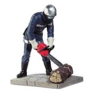 Feuerwehr Mann 16,8cm mit Motorsäge zerkleinert einen dicken Ast