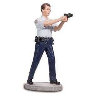Französischer Polizist mit einer Pistole im Anschlag 20cm