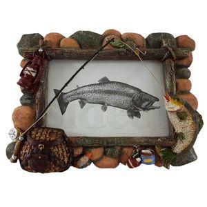 Bilderrahmen Angler Fisch an der Rute vor Steinwand 21cm – Bild 2