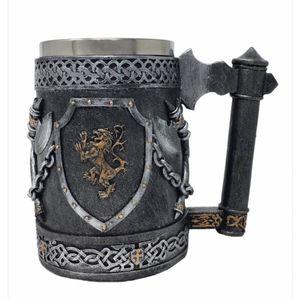 Großer Mittelalter Ritterkrug mit Löwen Wappen und Äxte – Bild 1
