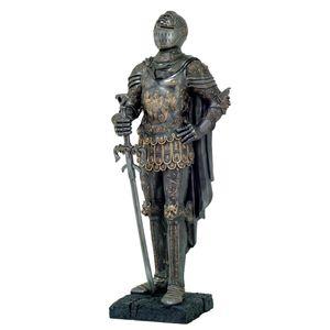 Ritter steht mit Schwert in der Hand in verzierter Rüstung 100cm