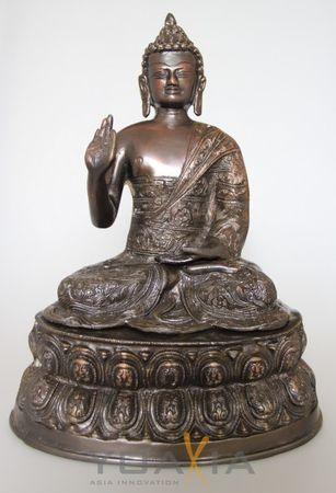 Buddha aus Bronze, auf einem Sockel sitzend, ca. 32.5cm hoch ca. 4.7kg schwer KV