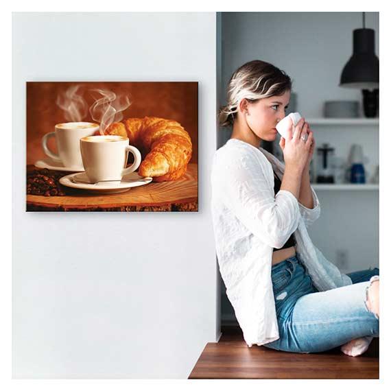 Wandbild mit Kaffee Motiv an der Wand neben einer Frau von Artland im Onlineshop Artgalerie Bildershop