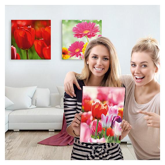Leinwandbilder mit Blumen Motiven im Wohnzimmer mit zwei lachenden Frauen von Artland im Onlineshop Artgalerie Bildershop