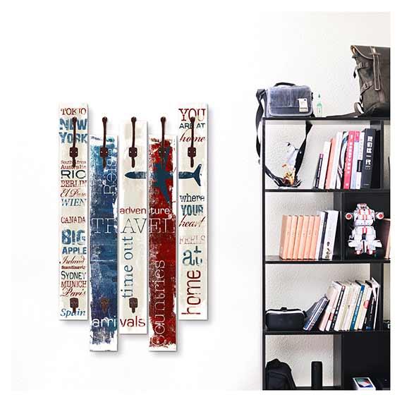 Wandgarderobe mit buntem Schrift Motiv neben einem Bücherregal von Artland im Onlineshop Artgalerie Bildershop