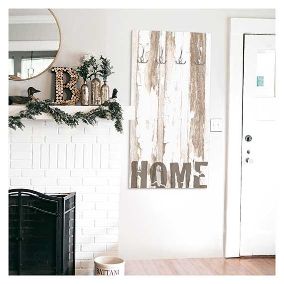Wandgarderobe mit Haken mit Landhaus Motiv im Wohnzimmer neben Tür und Kamin von Artland im Onlineshop Artgalerie Bildershop