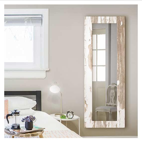 Wandspiegel mit Rahmen in Landhaus Optik neben Bett im Schlafzimmer von Artland im Onlineshop Artgalerie Bildershop