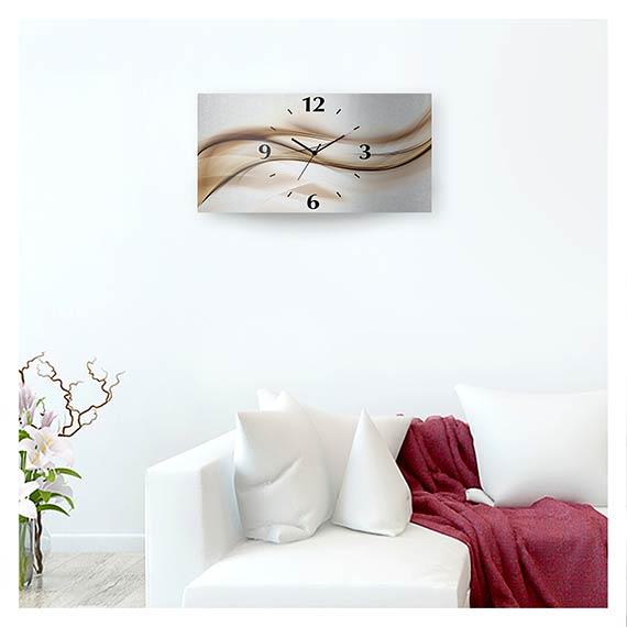 Wanduhr aus Aluminium im Querformat mit abstraktem Motiv im Wohnzimmer hinter Sofa von Artland im Onlineshop Artgalerie Bildershop