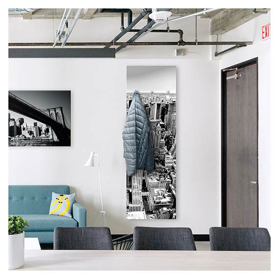 Wandgarderobe mit Großstadt Motiv von New York in einem Loft neben Sofa von Artland im Onlineshop Artgalerie Bildershop
