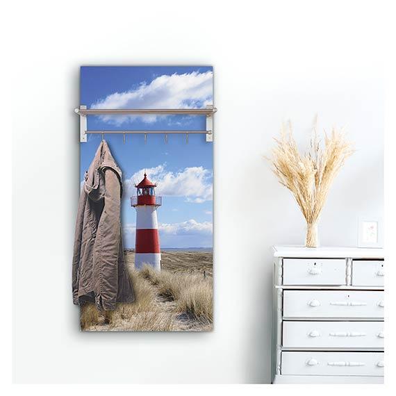 Wandgarderobe mit Hutablage mit Strand Motiv mit Leuchtturm neben Kommode im Flur von Artland im Onlineshop Artgalerie Bildershop