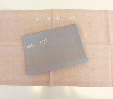 """Tischläufer Leinen Aufschrift """"love-joy-luck-cheer"""" rosé - Giardino Segreto – Bild 1"""