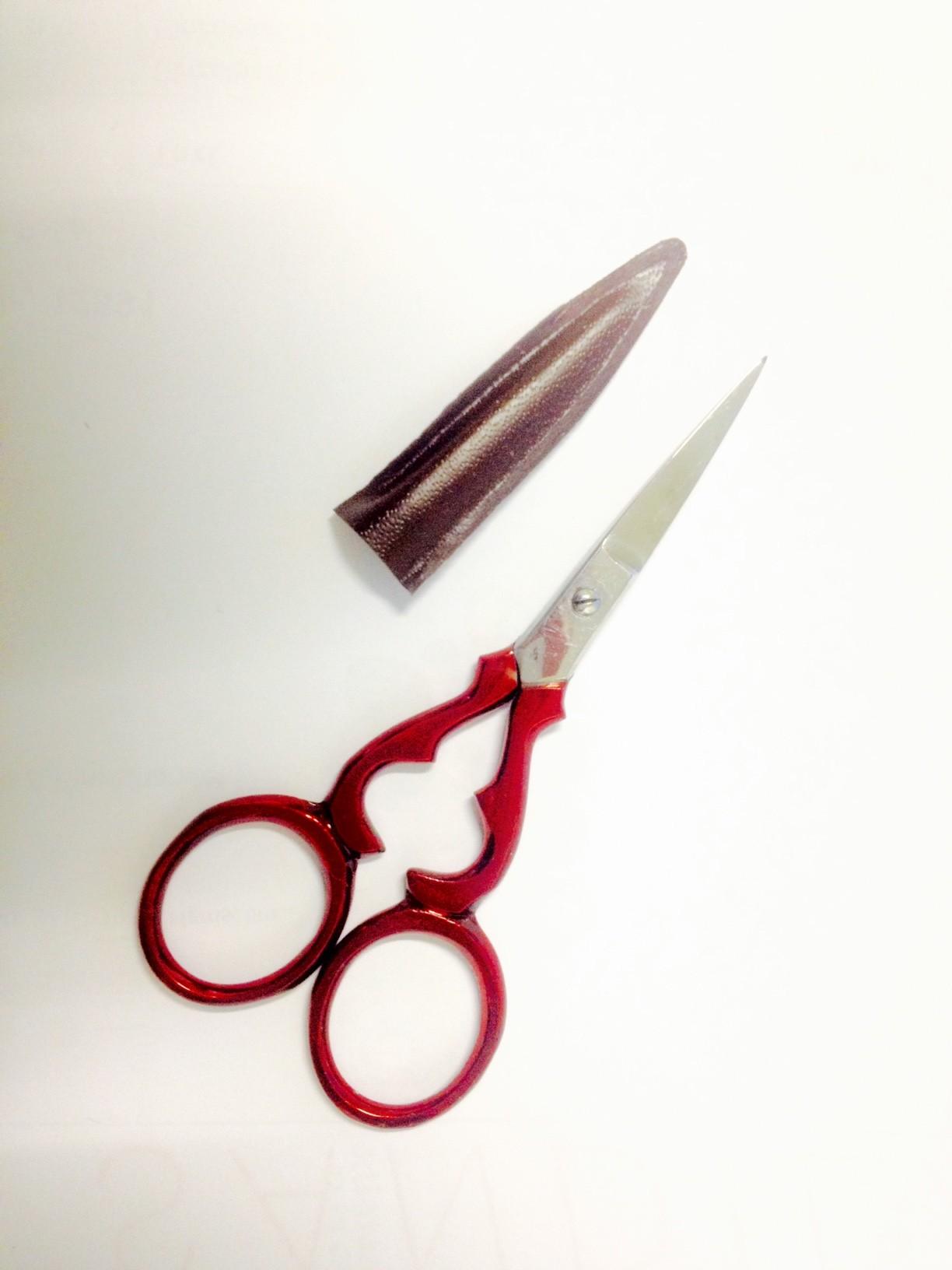 Qualitäts Stickschere  9 cm mit Schutzhülle Schere fein spitz