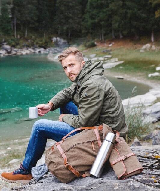 DRAKENSBERG Duffel Bag Seesack und Washbag Kulturbeutel mit Wanderer am See bei Tee aus der Thormosflasche